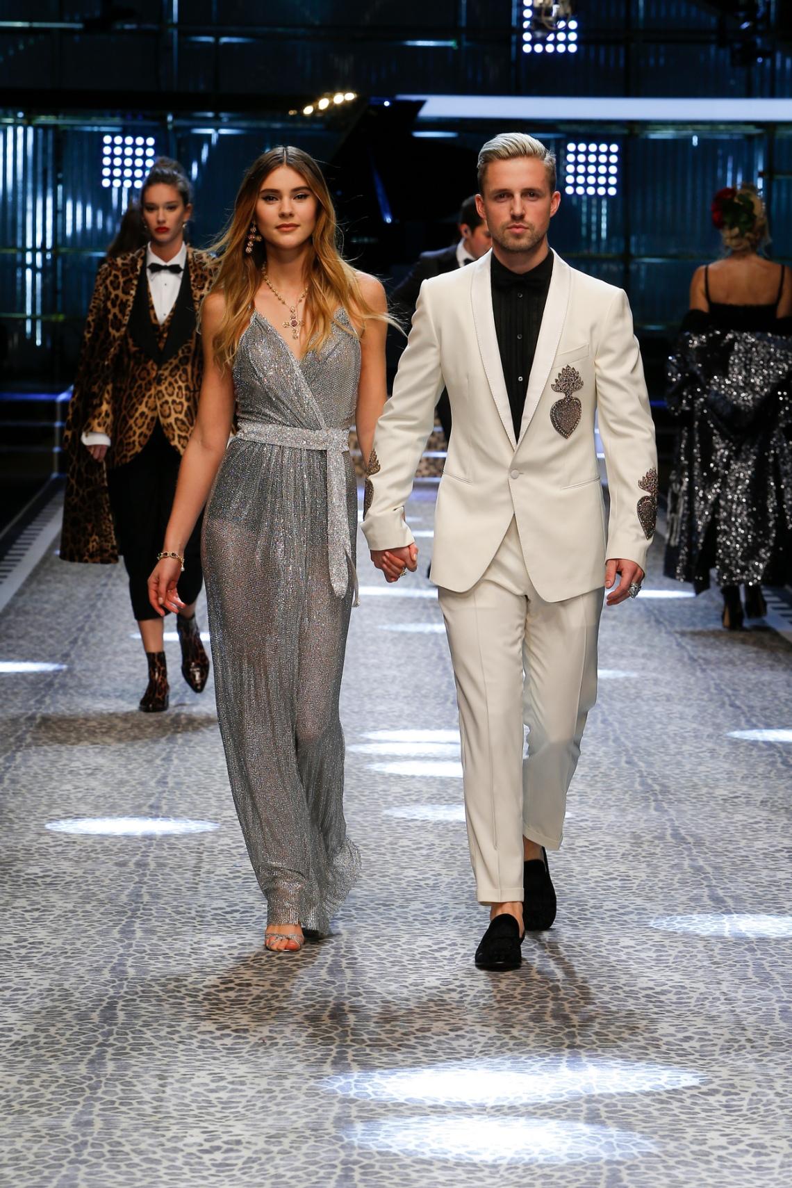 dolce-and-gabbana-fall-winter-2017-18-women-fashion-show-runway-90