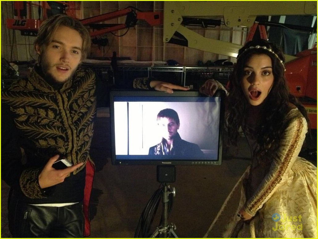 Behind-the-scenes-of-reign-reign-tv-show-34745583-1030-774